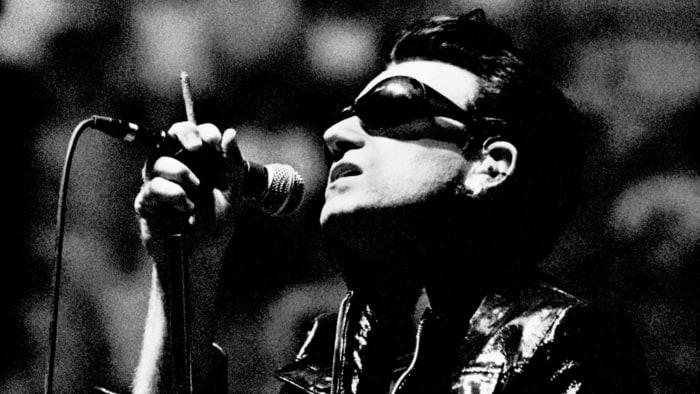 ec0fc3d5a Como vocês devem ter acompanhado por aqui, os anos 80 acabaram com o U2  parecendo ser a banda destinada a comandar o planeta, e os anos 90 haviam  começado ...