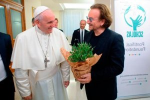 meeting-bono-gives-a-gift-to-pope-francis-at-the-vatican-yesterday-photo-afp-getty-images__14335_-300x200.jpg